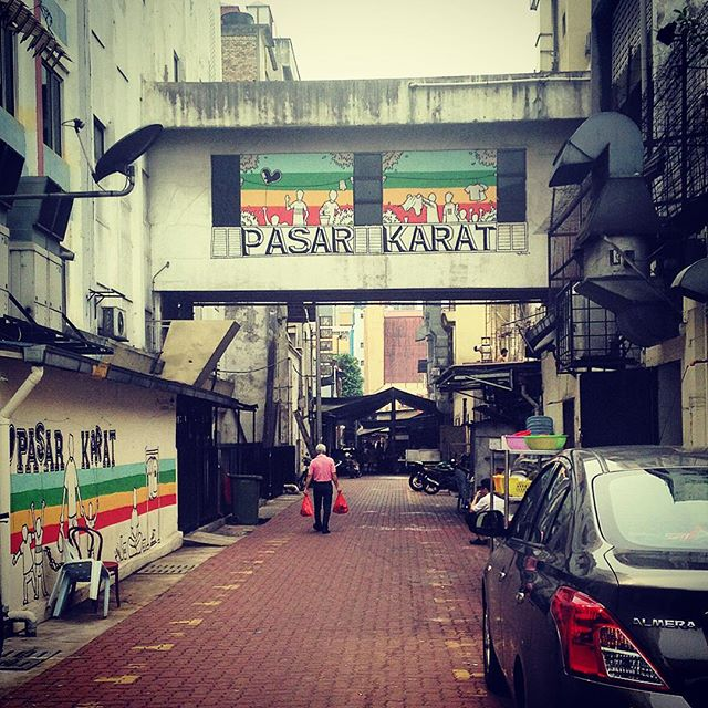 Found the Pasar Karat (also called Market Of Thieves) lane decorated with cheerful graffiti. Very curious to see this place in action
